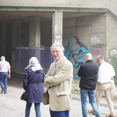 Auf diesem Bild sehen Sie Ratsvertreter Udo Reppin vor einer dunklen Unterführung.