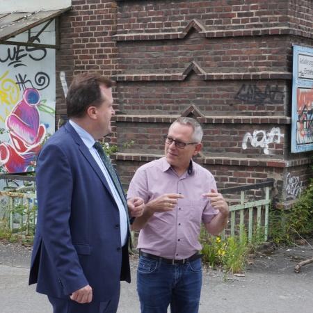 Auf diesem Bild sehen Sie Rechtsdezernent Norbert Dahmen im Gespräch mit Ratsvertreter Uwe Wallrabe.