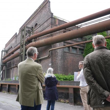 Auf diesem Bild sehen Sie CDU-Ratsmitglieder bei einem Vortrag vor der ehemaligen Walzendreherei.