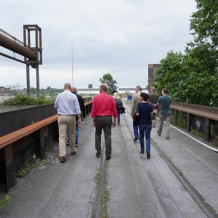 Auf diesem Bild sehen die CDU-Fraktionsmitglieder, die über das Smart Rhino-Gelände gehen.