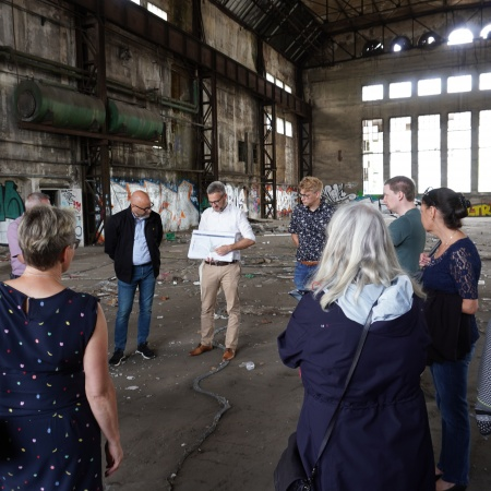 Auf diesem Bild sehen Sie CDU-Ratsmitglieder bei einem Vortrag in einer der ehemaligen Werkshallen.