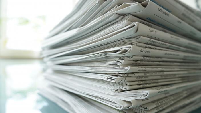 Auf diesem Bild sehen Sie einen Stapel Zeitungen.