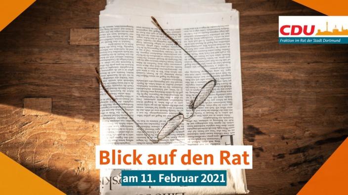 Auf diesem Bild sehen Sie eine Brille, die auf einer Zeitung liegt.